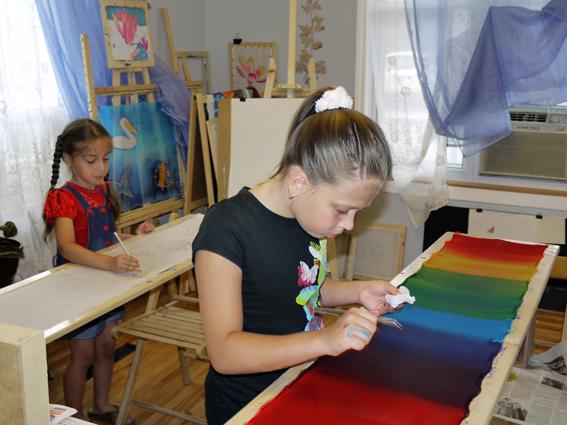 """Художественная школа """"BATIK 4 ART""""-Мишель и Карина рисуют на шёлке радугу"""