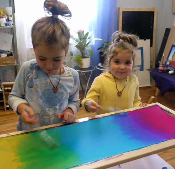 """Художественная школа """"BATIK 4 ART""""- Стефани и Патриша рисуют радугу на шёлке"""